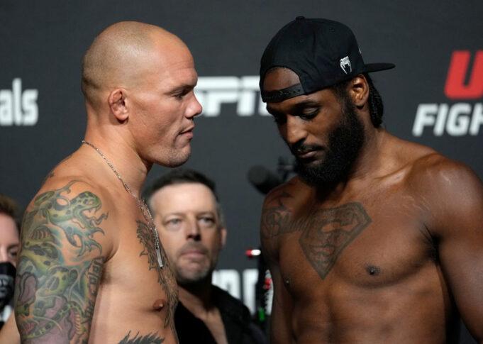 UFCファイトナイト・ラスベガス37:公式計量後のフェイスオフに臨んだアンソニー・スミスとライアン・スパン【アメリカ・ネバダ州ラスベガス/2021年9月17日(Photo by Jeff Bottari/Zuffa LLC)】